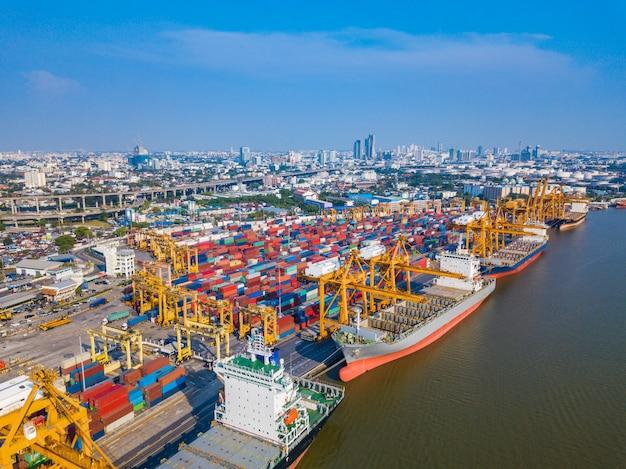 Nave mercantile del carico del contenitore con il ponte di caricamento funzionante della gru in cantiere navale Foto Premium