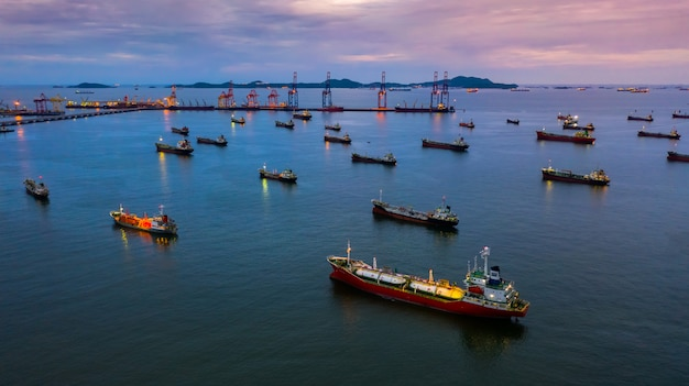 Nave petroliera e nave cisterna gpl, nave cisterna vista aerea, nave cisterna chimica di petrolio e gas in mare aperto, nave da carico industria raffineria. Foto Premium