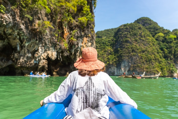 Navigazione da portare del cappello di waman in barca in tailandia Foto Premium