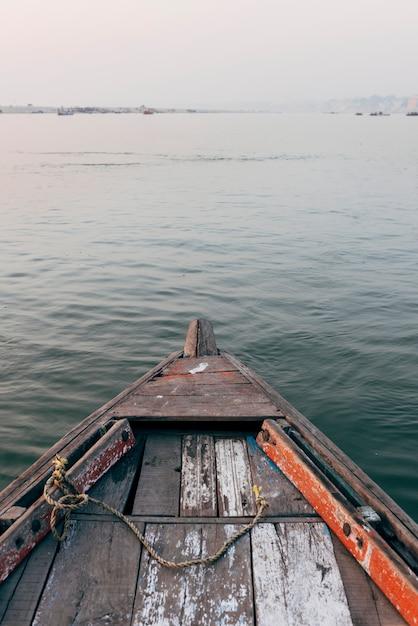 Navigazione di legno della barca sul fiume ganges a varanasi, india Foto Gratuite