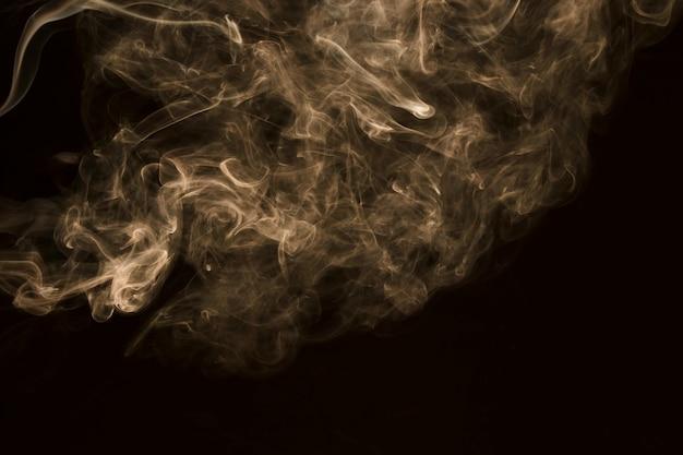 Nebbia bianca vorticosa su fondo nero Foto Gratuite