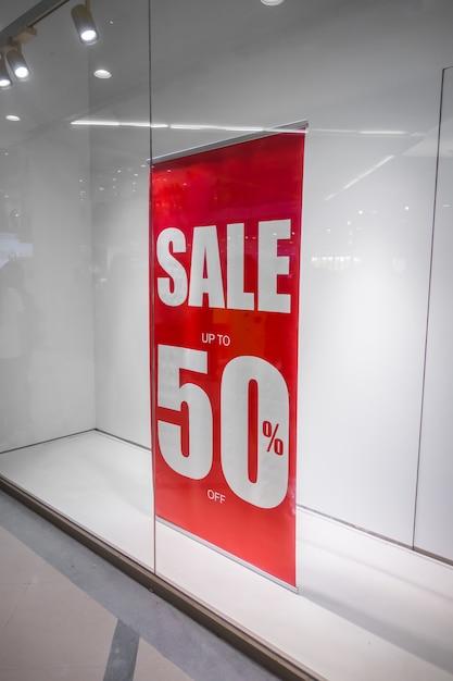 Negozio rosso segno di sconto su una vetrina di un negozio. Foto Gratuite