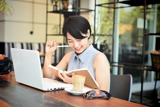 Negozio tazza signora seduta comunicazione Foto Gratuite