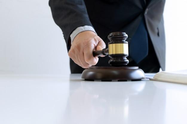 Nell'ufficio del giudice o dell'avvocato, Foto Premium