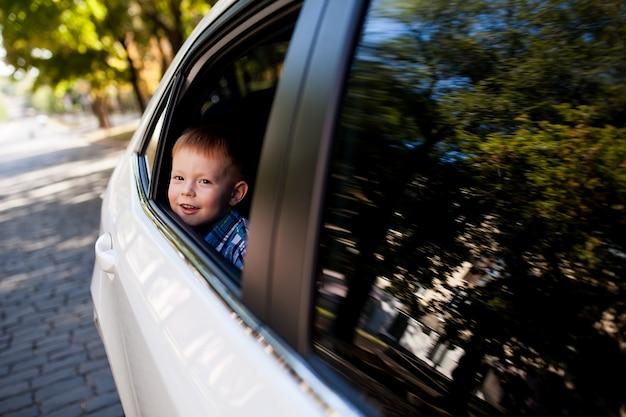 Neonato adorabile nell'automobile Foto Premium