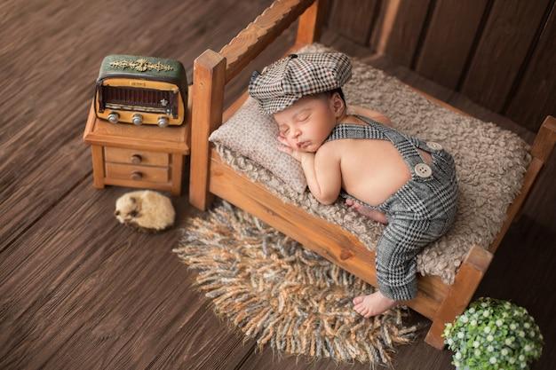 Neonato che dorme nella bella stanza che comprende radio fiore tappeto e simpatico animale Foto Gratuite