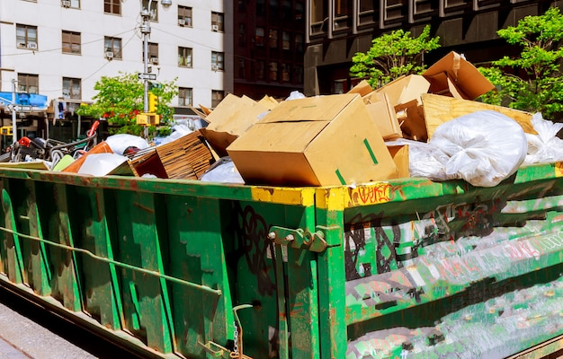 New york city manhattan oltre che scorre cassonetti pieno di immondizia Foto Premium