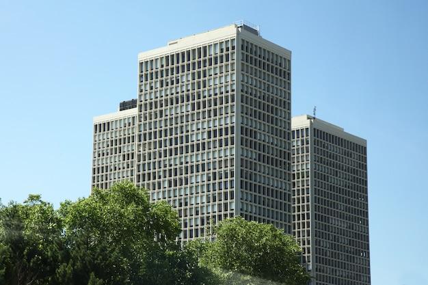 New york-giugno 15,2018: grande ufficio che buliding a new york vicino all'autostrada negli sua Foto Premium