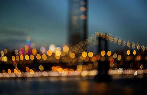 New york - la bella vista aerea ha offuscato l'orizzonte di vista di notte delle luci vaghe, estratto sopra manhattan con il ponte di manhattan Foto Premium