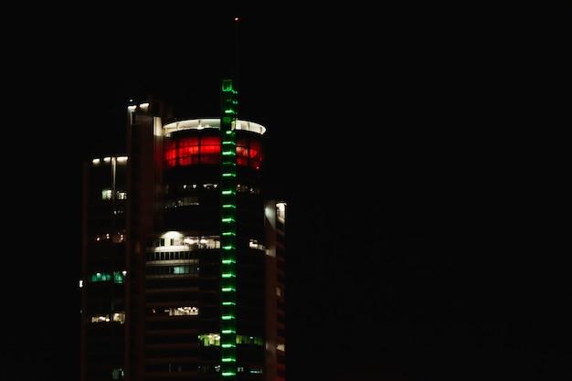 Night city edificio notturno, illuminazione degli edifici. Foto Premium