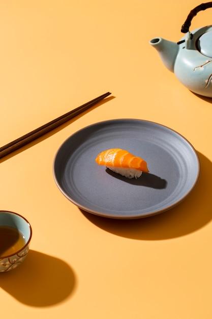Nigiri di salmone sul piatto con decorazioni Foto Gratuite