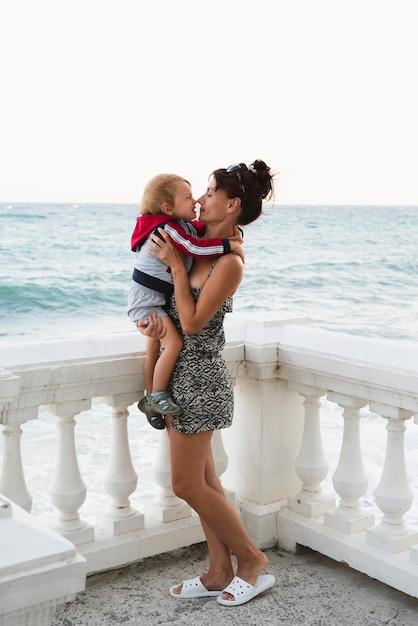 Nipote di tenuta della nonna mentre in riva al mare Foto Gratuite