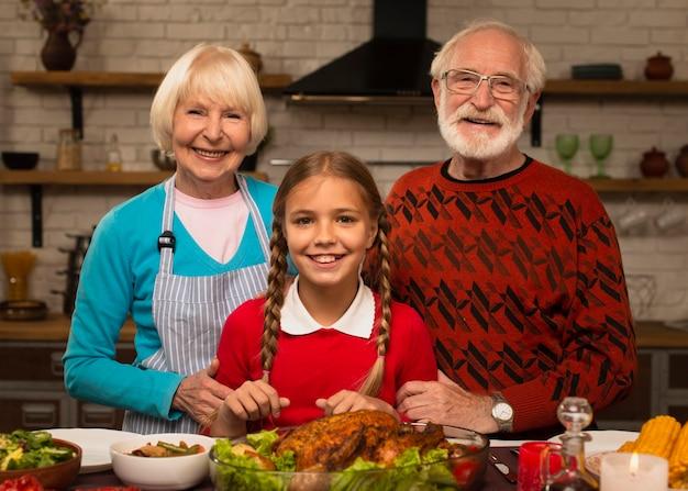 Nipote e nonni e guardando la fotocamera Foto Gratuite