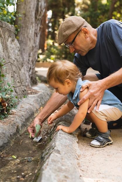 Nipote e nonno che giocano con il giocattolo Foto Gratuite
