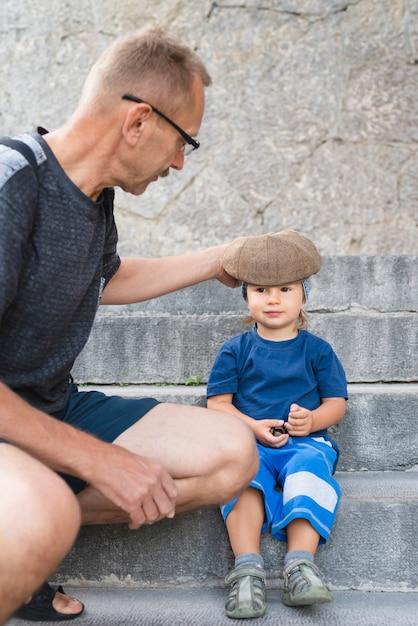 Nipote sulle scale con il nonno Foto Gratuite