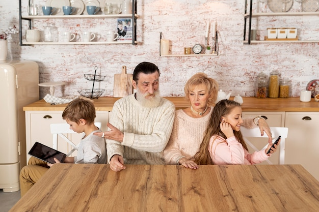 Nipoti che trascorrono del tempo con i nonni Foto Gratuite