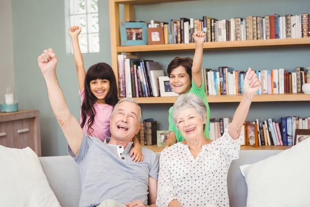 Nipoti con i nonni che gesturing il segno di successo Foto Premium