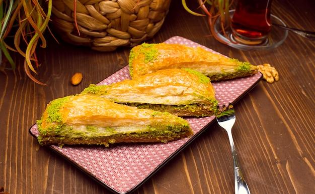 Noce, presentazione e servizio di baklava antep stile turco al pistacchio Foto Gratuite