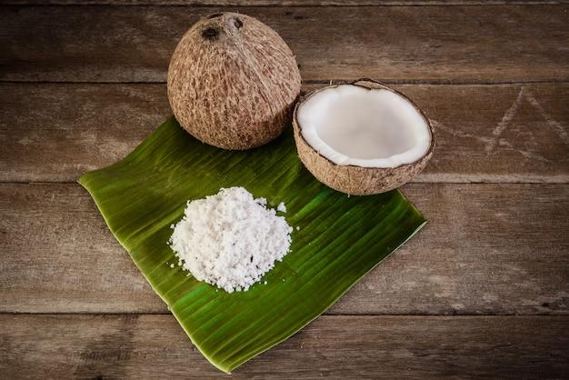 Noci di cocco e scaglie di cocco su foglia di banana Foto Premium