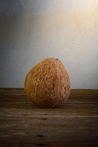 Noci di cocco fresche su vecchio di legno Foto Premium