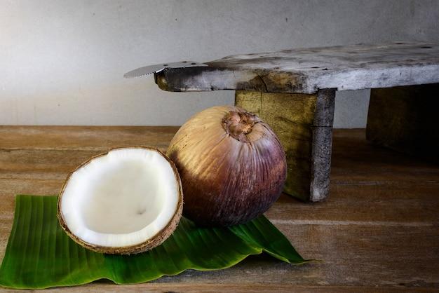Noci di cocco su foglia di banana e grattugia di cocco Foto Premium