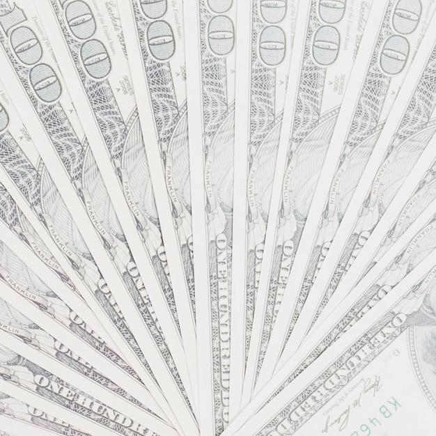 Noi banconote da cento dollari si aprono a ventaglio sullo sfondo Foto Gratuite