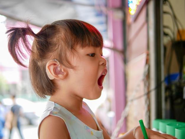Non udenti durante l'infanzia deve indossare apparecchi acustici. Foto Premium