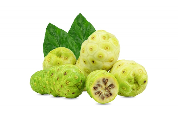 Noni o morinda citrifolia e frutti con la metà affettata e foglia verde isolata su fondo bianco. Foto Premium