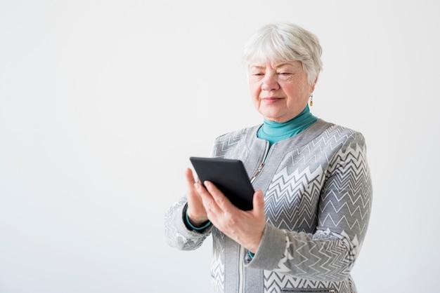 Nonna anziana in posa Foto Gratuite