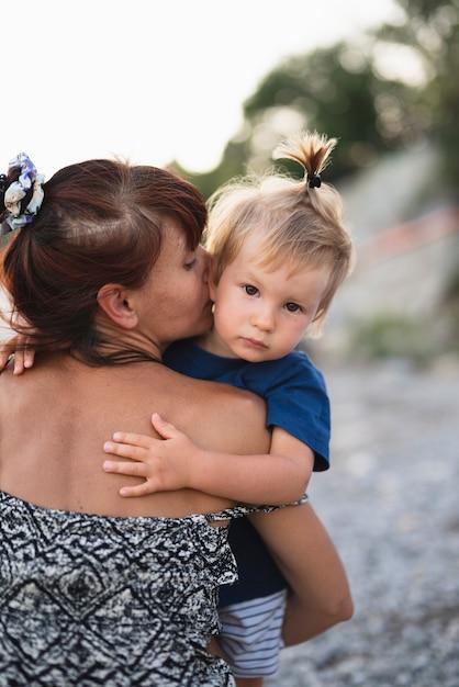 Nonna che tiene e bacia il nipote Foto Gratuite