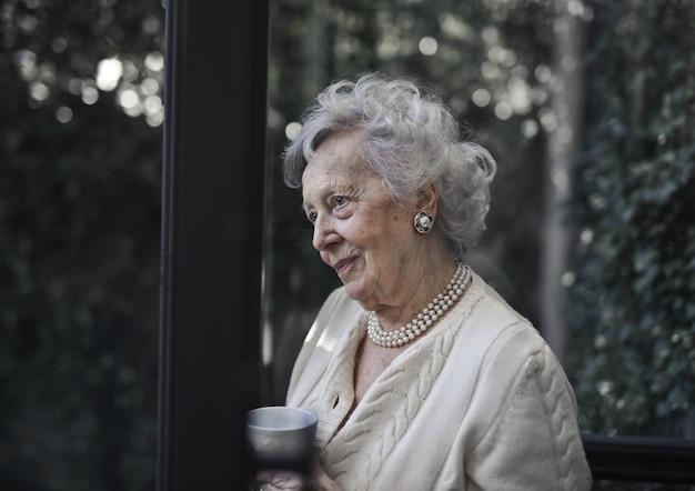Nonna con una tazza di tè Foto Premium