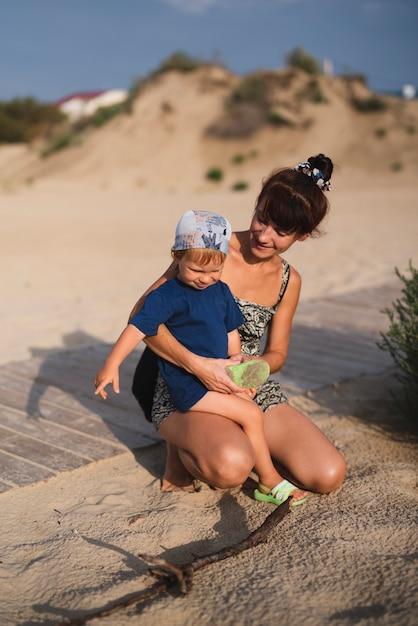 Nonna e nipote in spiaggia a giocare Foto Gratuite