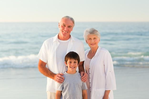 Nonni con suo nipote in spiaggia Foto Premium