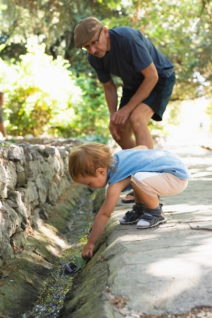 Nonno che si occupa del nipote mentre gioca Foto Gratuite