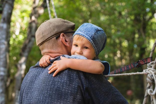 Nonno tenendo in braccio il nipote Foto Gratuite