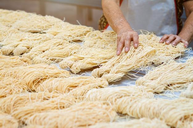 Noodles gialli o mee sua che asciugano alla luce del sole Foto Premium