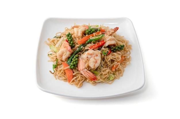 Noodles istantanei saltati in padella con gamberi ed erbe fresche Foto Premium