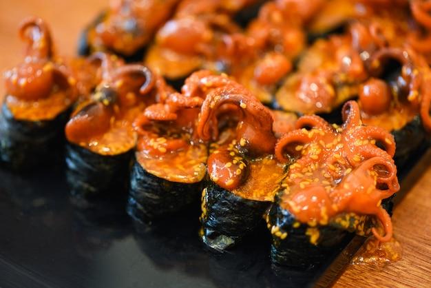 Nori giapponese del sesamo del calamaro del polipo dei sushi dell'alimento nel menu dei sushi del ristorante Foto Premium