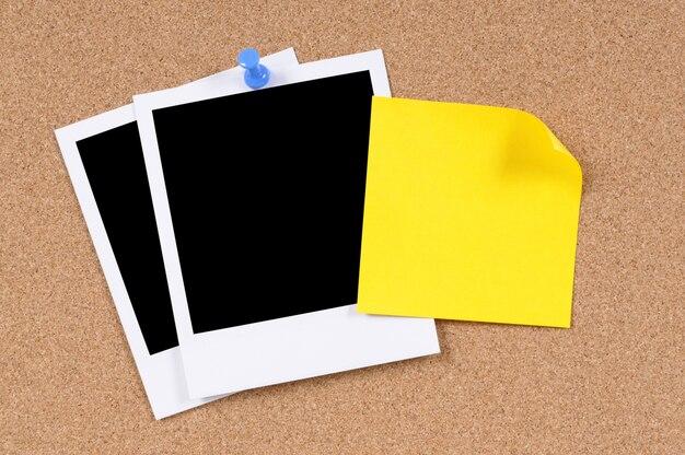 Nota appiccicosa gialla con foto istantanee Foto Gratuite