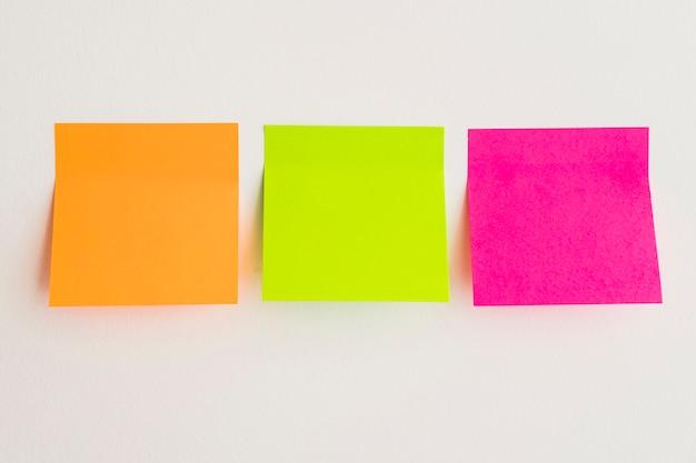 Note appiccicose in tre colori Foto Gratuite
