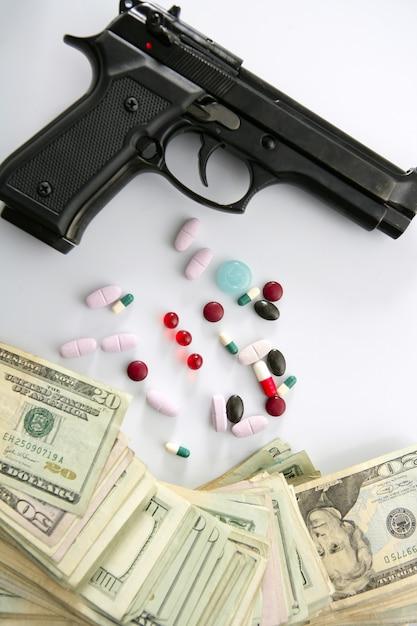 Note dollaro e pistola, pistola nera, ispirazione mafiosa Foto Premium