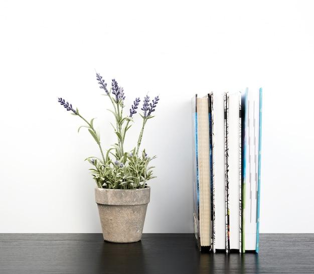 Notebook con pagine bianche e vasi in ceramica con piante Foto Premium