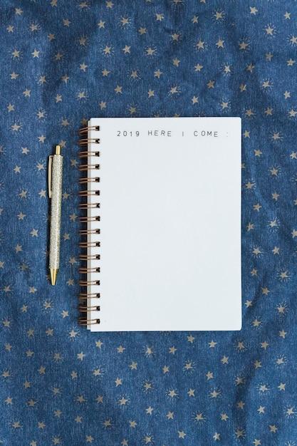 Notebook con scritta vicino penna Foto Gratuite