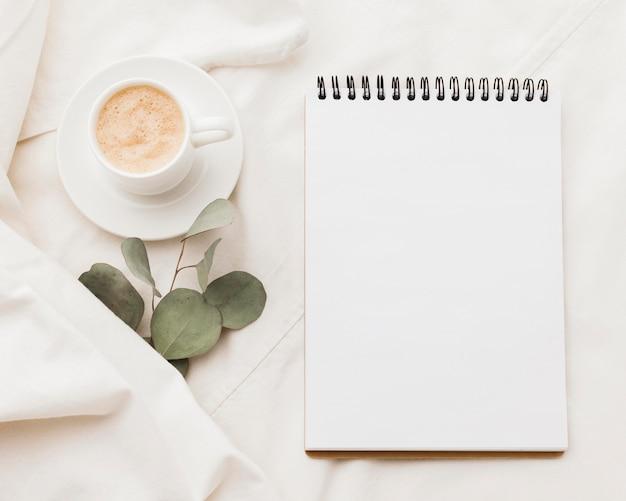 Notebook con una tazza di caffè Foto Gratuite
