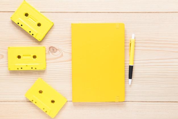 Notebook con vista dall'alto con cassette audio Foto Gratuite