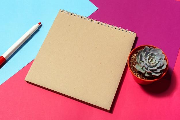 Notebook design open page sul tavolo Foto Premium