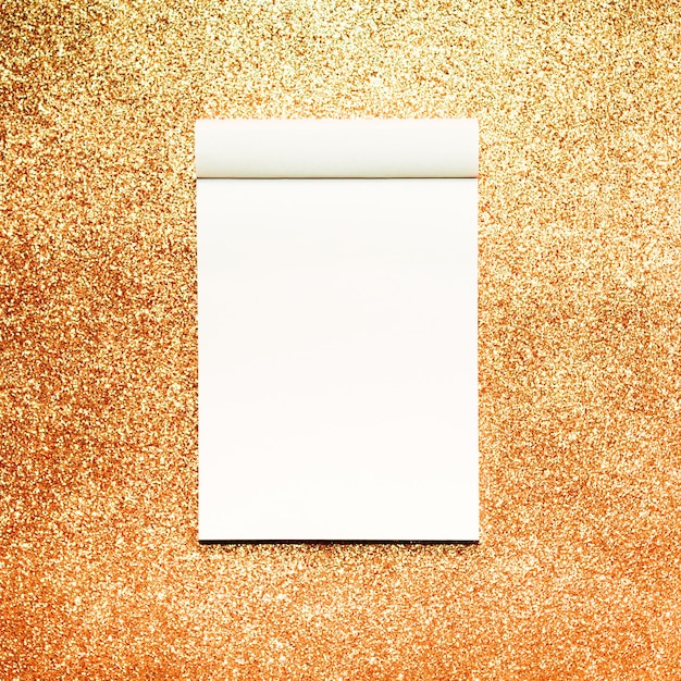 Notebook mockup con sfondo glitter oro Foto Gratuite