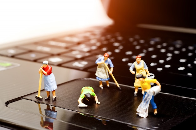 Notebook per la pulizia di persone in miniatura. Foto Premium