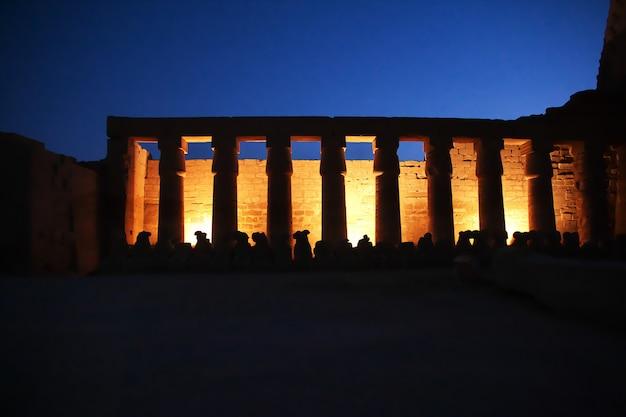 Notte negli antichi templi di luxor, in egitto Foto Premium