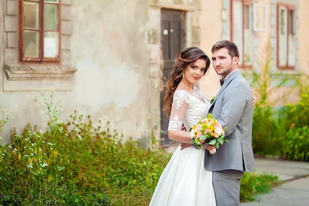 Nozze: bella sposa e lo sposo nel parco in una giornata di sole Foto Premium